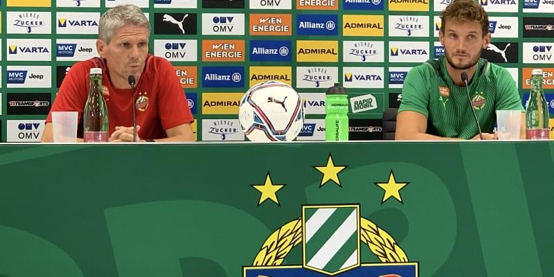 Trenér Rapidu Vídeň Dietmar Kühbauer a kapitán Maximilian Hofmann odpovídají na otázky při tiskové konferenci před utkáním proti Spartě Praha.