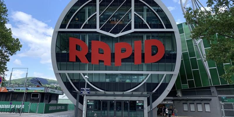 Vchod do stadionu a kanceláří Rapidu Vídeň. Nový Allianz-Stadion postavili v městské části Hütteldorf před pěti roky. Tři hvězdy nad vchodem značí více než tři desítky domácích mistrovských titulů. Rapid jich mí přesně 32.