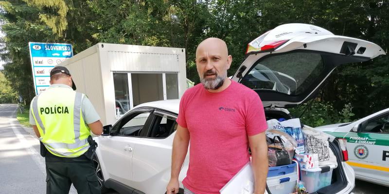 Na Slovensko jen s očkováním, na snímku jeden z mála českých turistů,  který v pondělí s rodinou vyrazil na dovolenou  na Slovensko. Na hranicích ho čekala přísná kontrola.