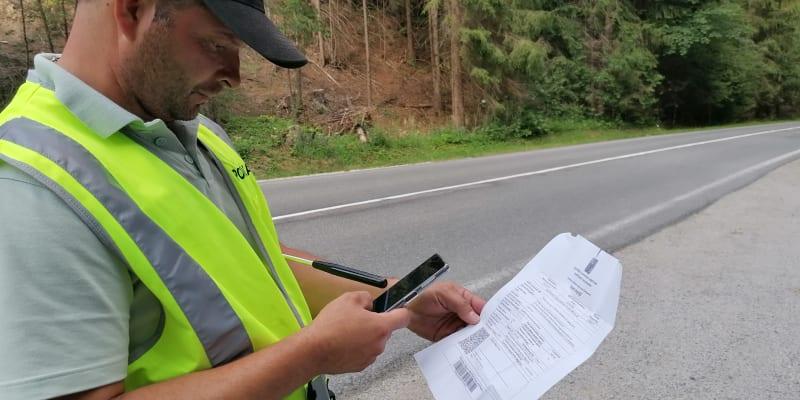 Slovenská hraniční kontrola v Beskydech v obci Klokočov. Národní certifikát o očkování ale hlídka nepovažuje za iideální, požaduje digitální certifikát EU COVID.