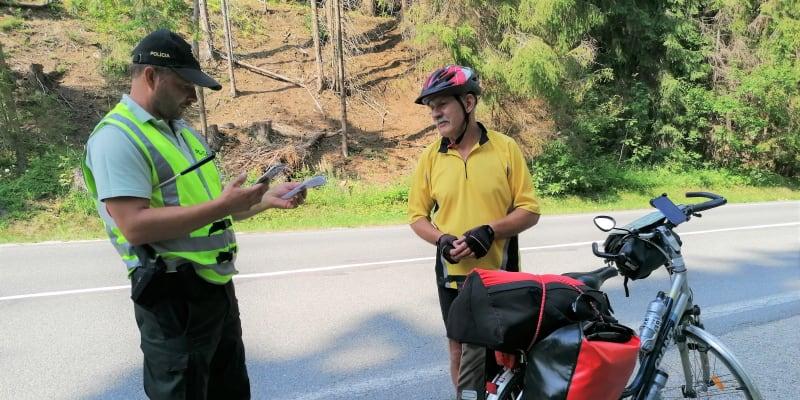 Hranice se Slovenskem mezi Bílou-Konečnou a Klokočovem v Beskydech. Policie kontroluje i cyklisty, zda jsou plně očkováni.
