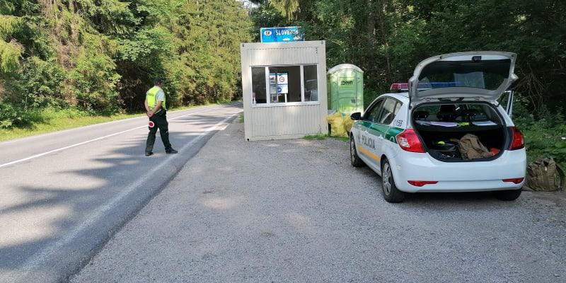 Nová železná opona, řečeno s nadsázkou. Slováci si dokonce na hranicích postavili unimobuňky, u kterých střeží hranice policisté i vojáci.