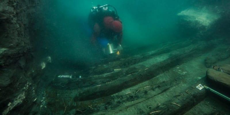 Tým egyptsko-francouzských archeologů zkoumající zaplavené trosky dávného města Hérakleión objevil vzácné trosky vojenského plavidla a pohřební komplex dokládající přítomnost řeckých obchodníků.