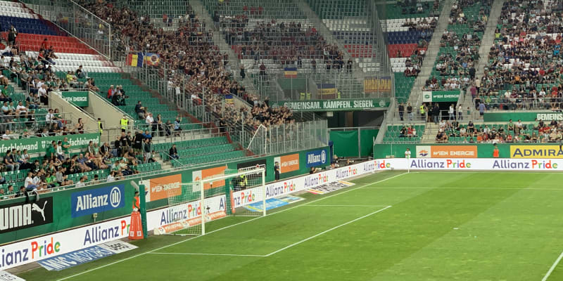 Přestože pořadatelé neměli prodávat vstupenky zahraničním divákům, sektor pro fanoušky Sparty Praha byl na Allianz-Stadionu ve Vídni dost zaplněný.