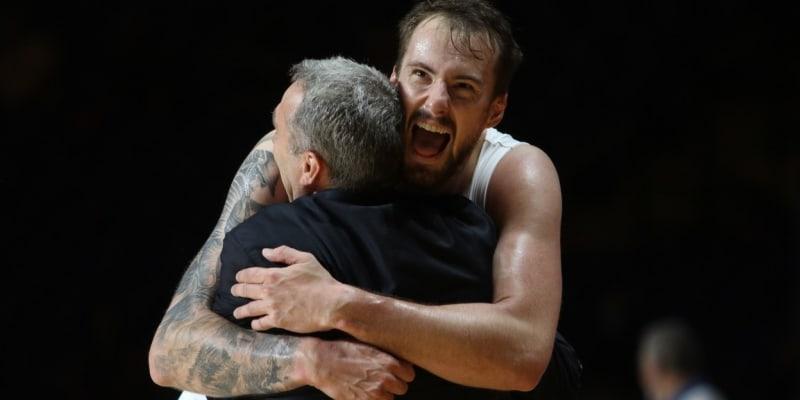 Vítězné objetí s trenérem Ronenem Ginzburgem.
