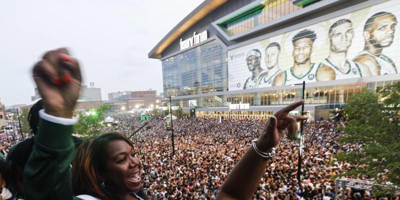 Před stadionem v Milwaukee se sešly tisíce fanoušků.