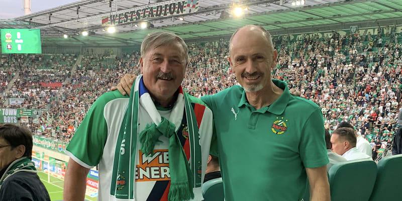 Antonín Panenka a jeho bývalý spoluhráč z Rapidu Vídeň Gerald Willfurth (vpravo) pózují před vyhlášenou fanouškovskou tribunou s názvem Weststadion před zápasem proti Spartě Praha.