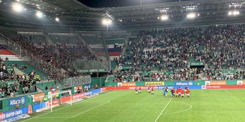 Hráči Sparty Praha děkují fanouškům za podporu při zápase kvalifikace Ligy mistrů ve Vídni proti Rapidu.