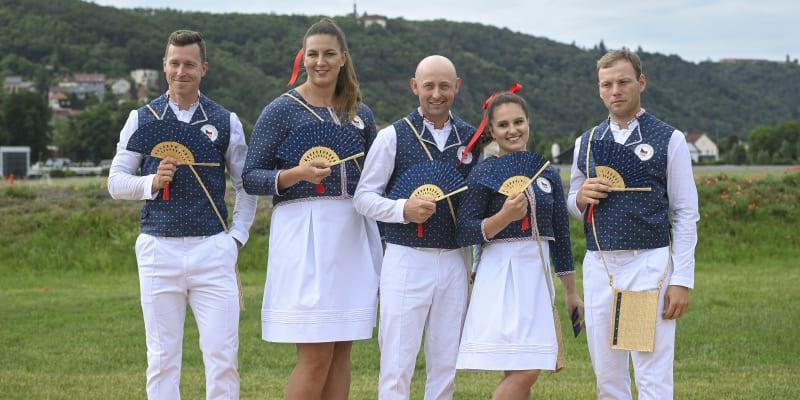 Tomáš Bábek (vlevo) v českém kroji pro olympijské hry v Tokiu