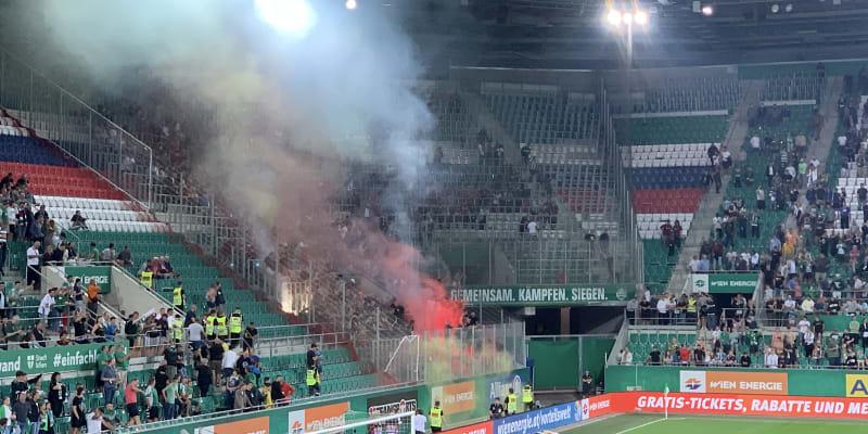 Příznivci fotbalové Sparty Praha odpálili po utkání ve Vídni proti Rapidu v kvalifikaci Ligy mistrů ve vlastním sektoru dýmovnice.