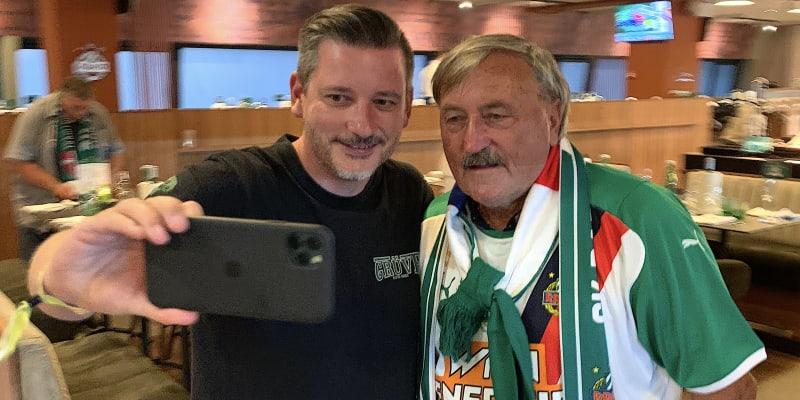 O fotografii s Antonínem Panenkou je ve Vídni vždy velký zájem. Český fotbalista neodmítl ani žádost o selfie v prostorách VIP Allianz-Stadionu pár minut před výkopem duelu mezi Rapidem a Spartou Praha.