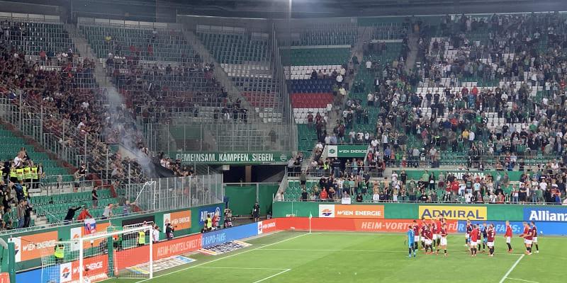 Zatímco hráči Sparty Praha děkovali příznivcům za podporu při zápase kvalifikace Ligy mistrů ve Vídni proti Rapidu, někteří příznivci začali odpalovat dýmovnice.