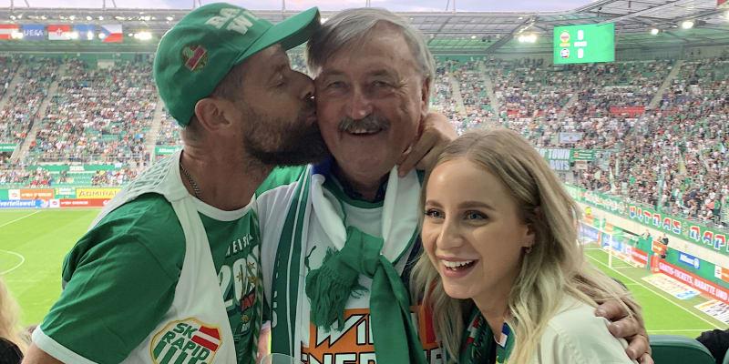 Antonin! Antonin Panenka. Já vás pořád miluju. Tak vítal v hledišti Allianz-Stadionu českého fotbalistu fanoušek Rapidu Vídeň a připomněl 80. léta, kdy Panenka pomohl klubu ke dvěma titulům v rakouské lize.