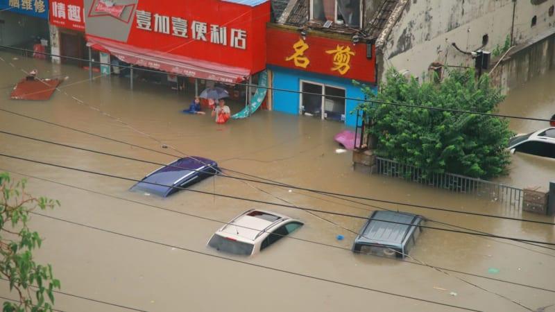 Záplavy devastují Čínu. Za dva dny napršelo stejně jako za rok, vodní nádrže přetékají