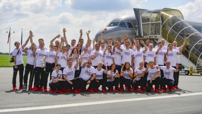 KOMENTÁŘ: Zaslouží neočkovaný lékař z covidového letadla olympioniků lynč?
