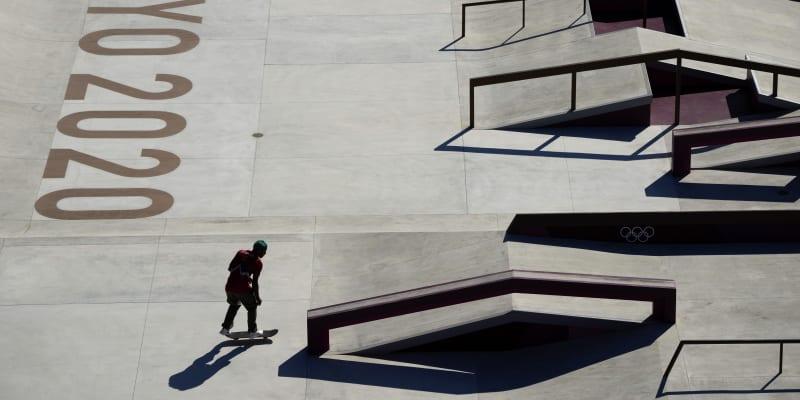 Manny Santiago z Portorika najíždí na překážku v skateboardingové parku při tréninku před startem olympijských her v Tokiu.