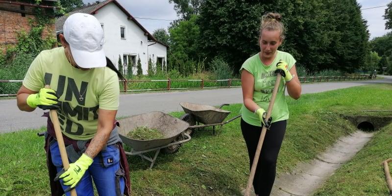 Slezské Pavlovice na Bruntálsku. 48letá Renata Ligocká  a 25letá Radka Halašyová. Ta starší o očkování přemítá, ta mladší ho jednoznačně odmítá.
