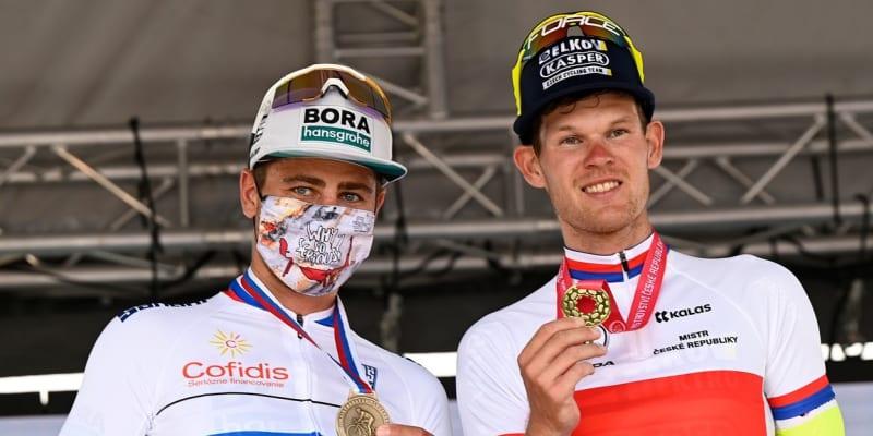 Michael Kukrle (vpravo) po vítězství na republikovém mistrovství. Vedle něj je cyklistický fenomén Peter Sagan.