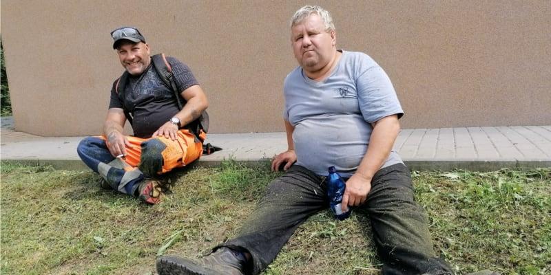 Slezské Pavlovice. Pavel Nemet (vlevo) očkování zásadně odmítá. Jeho kolega Štefan Strýček už je očkovaný.