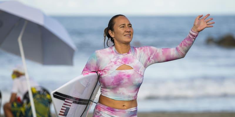 Americká surfařka Cariassa Mooreová mává po tréninku ve vlnách u pláže Curigasaki v Ičinomiji, ležící 90 kilometrů od Tokia.