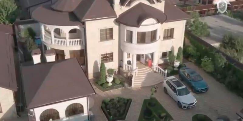 """Vyšetřovatelé tvrdí, že jeho """"gang"""" vydíral řidiče a bral úplatky, aby mohl financovat bohatý životní styl, k němuž patřil i Safonovův kýčovitý dům."""