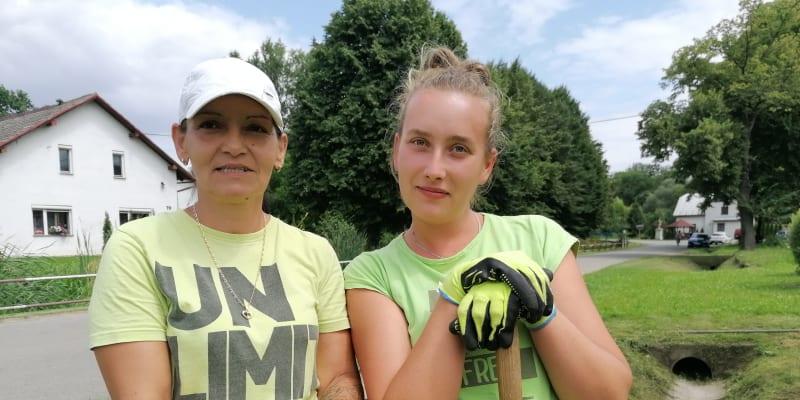 Slezské Pavlovice. 48letá Renata Ligocká  a 25letá Radka Halašyová. Ta starší o očkování přemítá, ta mladší ho jednoznačně odmítá.