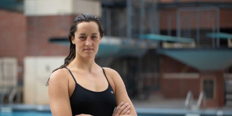 Anika Apostalon je česko-americká plavkyně.