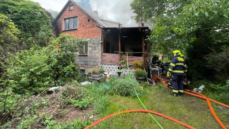 V domě v pražské Dubči hořela jen jedna místnost. Hasiči našli torzo lidského těla