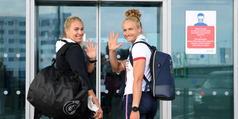 Kristýna Fleissnerová (vlevo) a Lenka Antošová před odjezdem na olympijské hry v Tokiu.