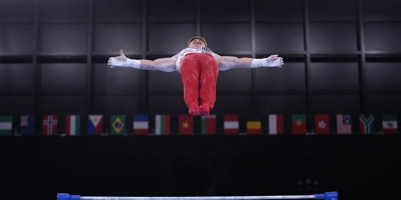 Brody Malone ze Spojených států amerických předvádí sestavu na vodorovné tyči během kvalifikace sportovní gymnastiky mužů.