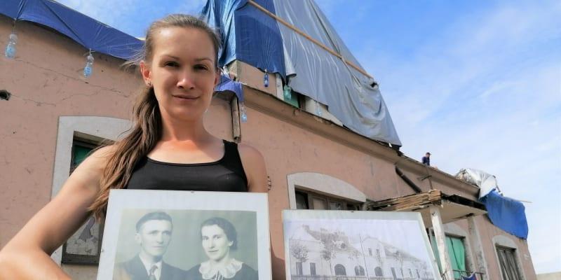 Aneta Stibůrková před svou hospodou v Lužicích, kterou zdevastovalo tornádo. V ruce drží portréty předků, kteří restauraci vlastnili před komunistickým znárodněním. A také předválečný snímek podniku.