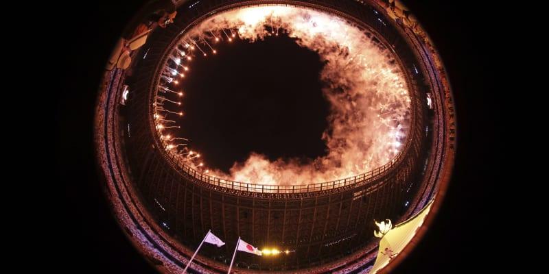 Ohňostroj rozzářil oblohu během pátečního zahajovacího ceremoniálu na Olympijském stadionu.