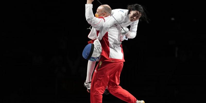 Čínská reprezentantka Sun Yiwen slaví se svým trenérem Huguesem Obrym po zisku zlaté medaile v individuálním souboji epee žen.