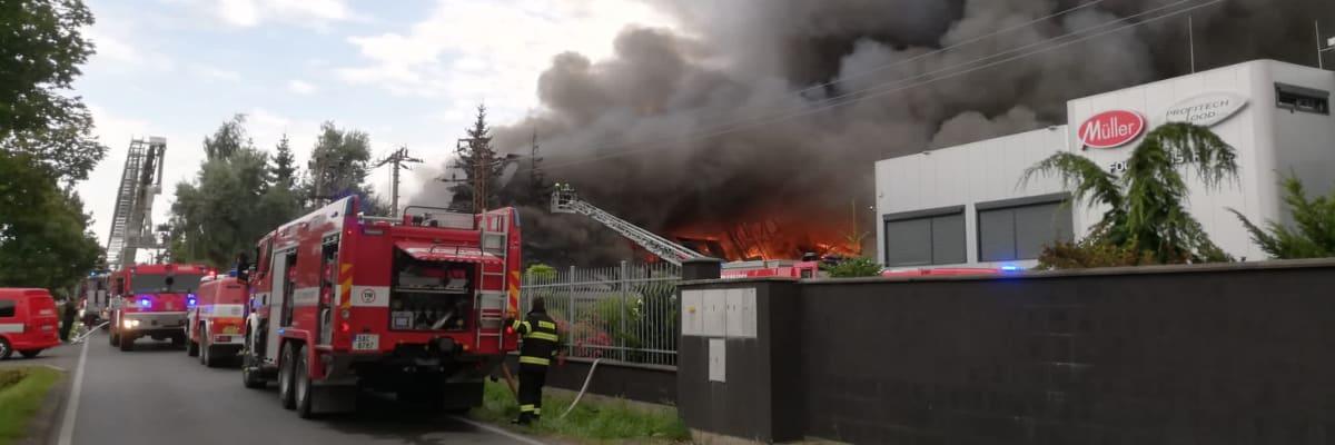 V pražské Uhříněvsi hoří hala, slyšet jsou silné exploze. Hasiči požár nemají pod kontrolou