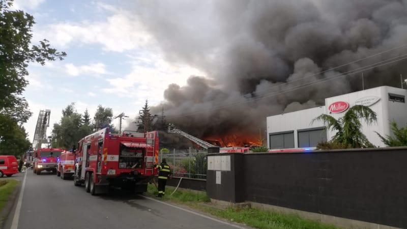 V pražské Uhříněvsi hoří hala, slyšet byly silné exploze. Hasiči požár dostávají pod kontrolu