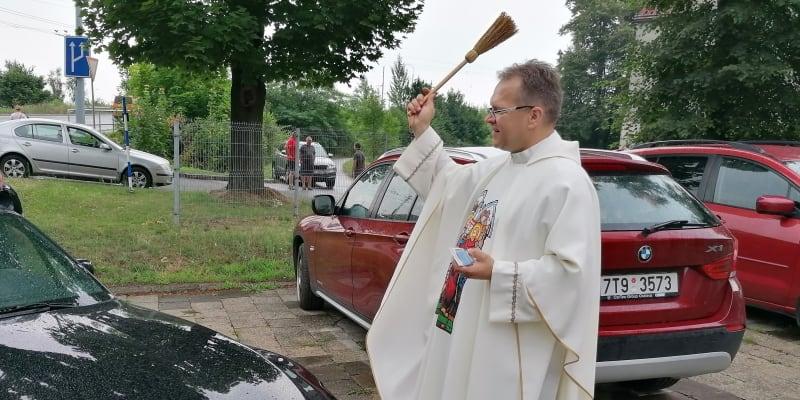 Farář Krzysztof Szewczyk světí automobily v Ostravě.