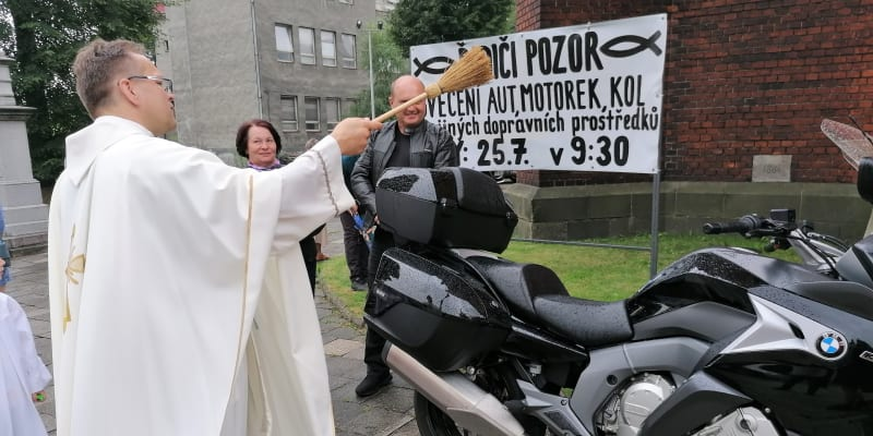 Farář Krzysztof Szewczyk světí motorky  v Ostravě.