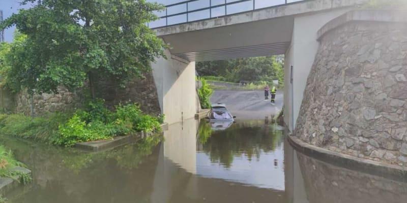 Auto voda z dešťů uvěznila pod viaduktem kousek od východního nádraží v Děčíně.