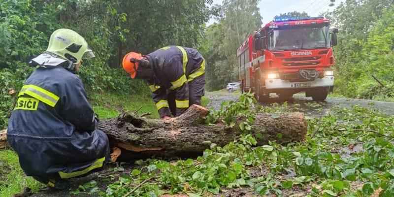 Bouře a déšť zaměstnává od odpoledne hasiče v Děčíně, kteří za dvě hodiny vyjeli k více než 20 událostem.