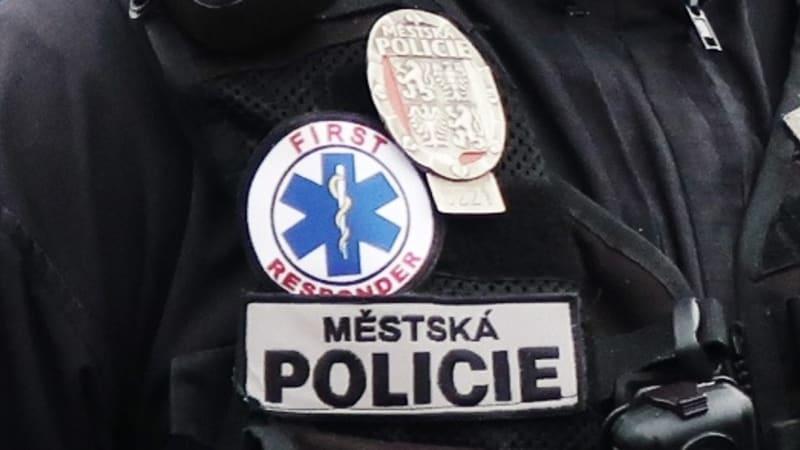 Královéhradečtí strážníci zachránili seniorovi život. Mají školení první pomoci