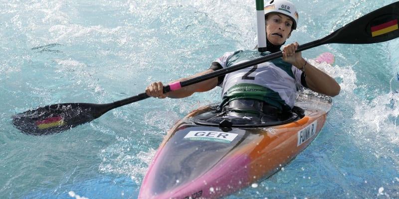 Ricarda Funková se vyhýbá brance při olympijském závodě v Tokiu, který vyhrála.