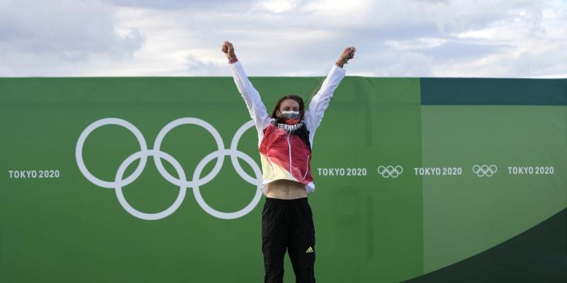 Ricarda Funková skáče radostí na nejvyšším stupni po svém triumfu na olympijských hrách v Tokiu.