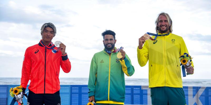 Brazilský surfař Italo Ferreira slaví historicky první zlato na olympijských hrách.