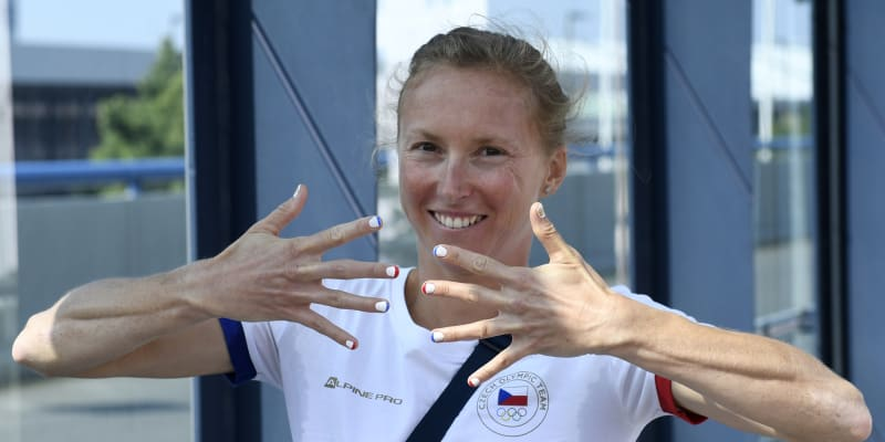 Vendula Frintová závodí v triatlonu.