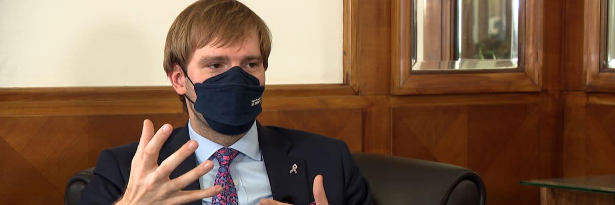 Kdy bychom mohli odložit respirátory? Počkejme si na září, naznačil Vojtěch