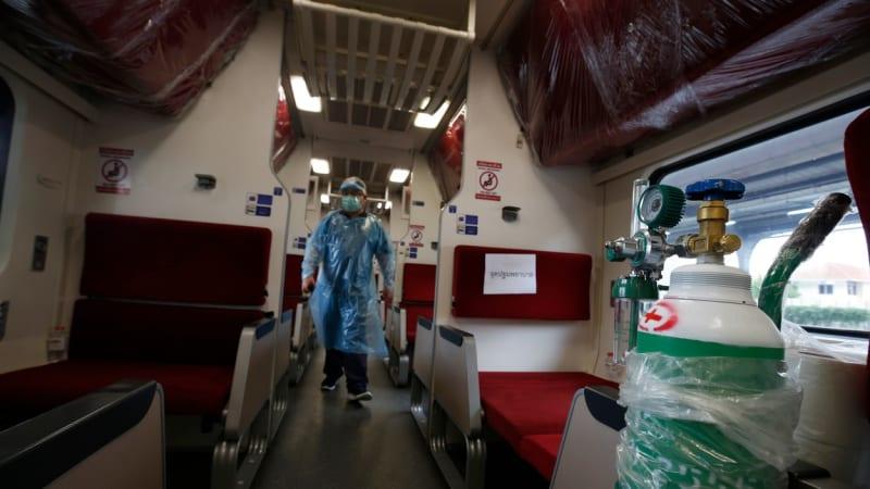 Bezmocní lékaři léčí pacienty na parkovišti. Nakažené v Thajsku odváží vlaky z Bangkoku