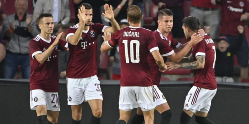 Fotbalisté Sparty slaví gól.