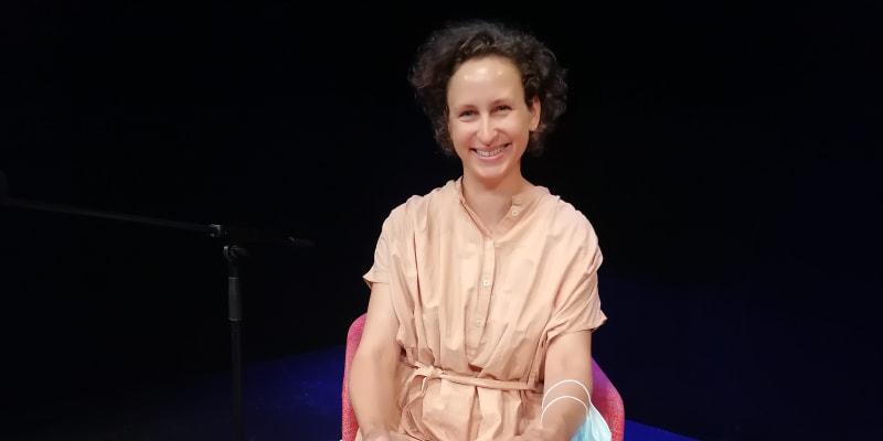Slovenská spisovatelka Zuska Kepplová při čtení na MAČ. Češtinu vnímá jako cizí jazyk s úplně jinou mentalitou, než jakou v sobě nese slovenština.
