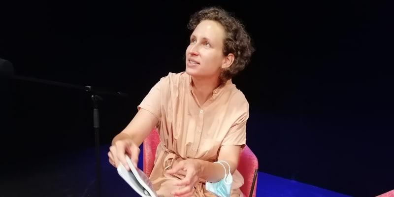 Slovenská spisovatelka Zuska Kepplová při čtení na festivalu MAČ. Češtinu vnímá jako cizí jazyk s úplně jinou mentalitou, než jakou v sobě nese slovenština.