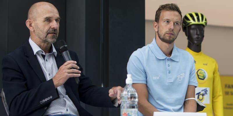 Leopold König (vpravo) mluví z pozice ředitele na tiskové konferenci k závodu Sazka Tour, vedle něj sedí předseda organizačního výboru a člen dozorčí rady Sazky Robert Kolář.